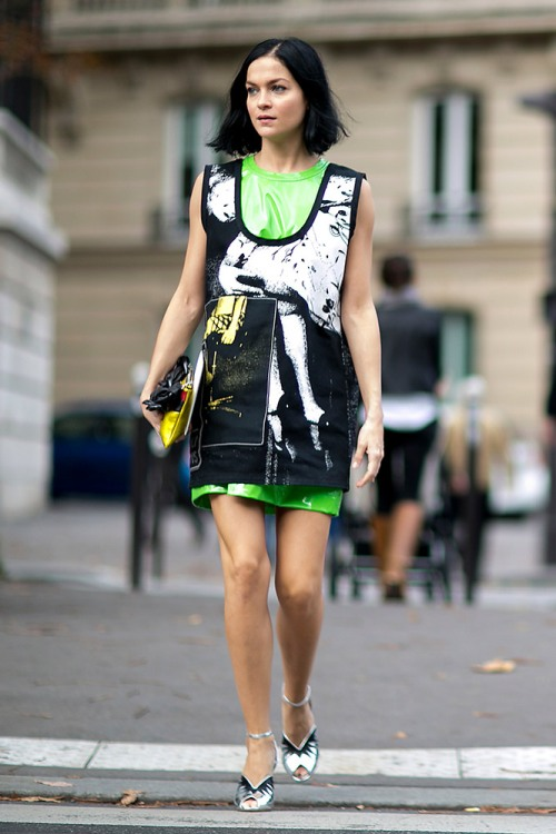 summer-prints-black-printed-dress-green-under-layer-street-style